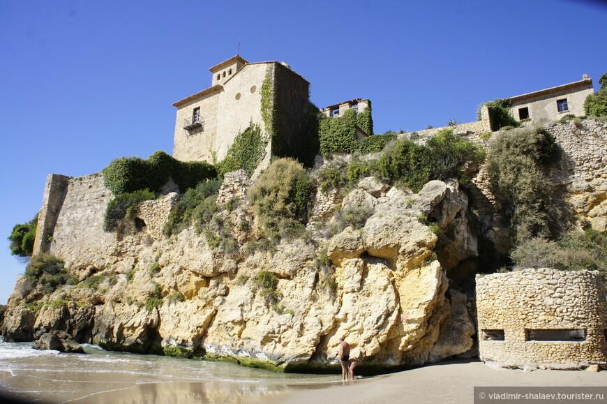 На Platja de Tamarit находится величественный замок Тамарит, построенный в XII веке. Вокруг замка воздвигнуты массивные крепостные стены, которые раньше защищали от набегов врагов, а сейчас от не званных туристов.