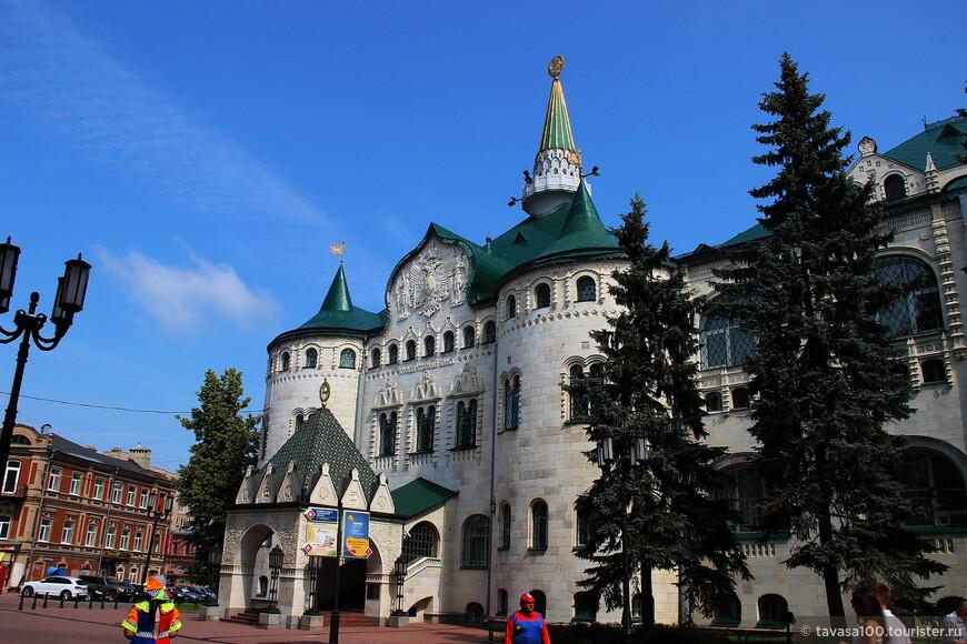 Здание Государственного Нижегородского банка является памятником архитектуры. Построено оно было в 1913 году в неорусском стиле и посвящено 300-летию правления Дома Романовых. В мае 1913 года здание посетил император Николай Второй. Здание отлично сохранилось и используется по назначению. В настоящее время в нем расположено главное управление Нижегородского банка.