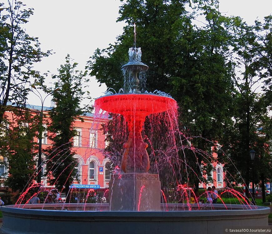 Вечером фонтан подсвечивается в разные цвета.