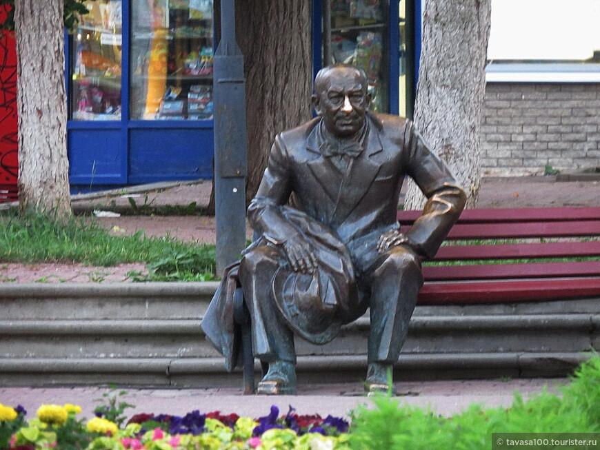 Памятник Евгению Евстигнееву расположен на главной пешеходной улице Нижнего Новгорода, Большой Покровской. Скульптура сидящего на скамейке величайшего российского актёра, уроженца Нижнего Новгорода, была создана в сентябре 2006 года к 80-ти летию со дня его рождения.