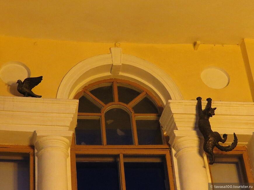 """Скульптурная композиция """"Охота на голубей"""" – была установлена в 2005 году в Нижнем Новгороде, на фасаде здания учебного театра Нижегородского театрального училища."""