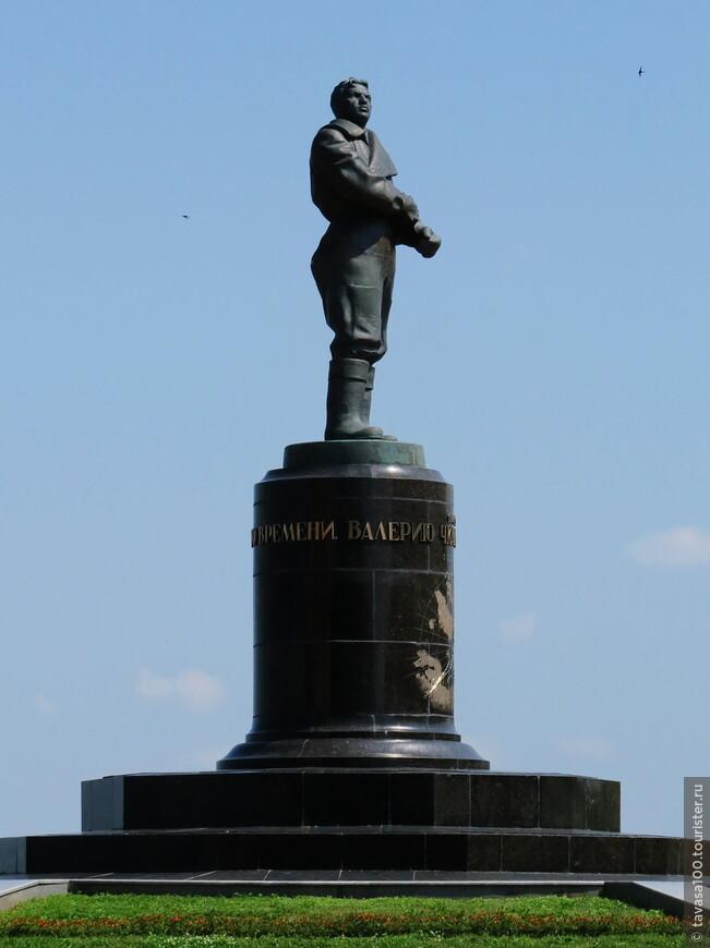 Памятник Валерию Чкалову.