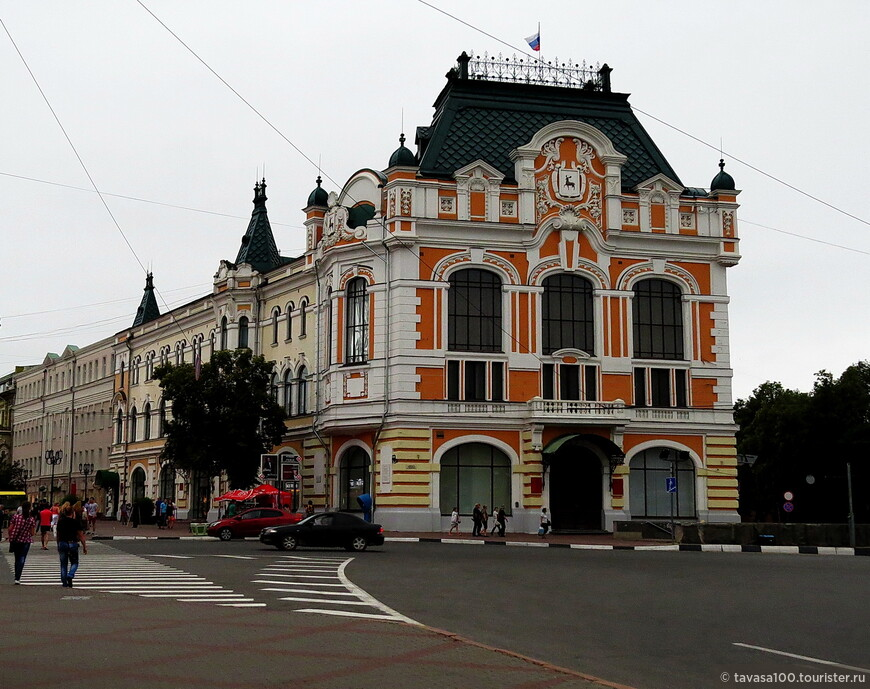 Здание старой городской думы – одно из главных зданий города, которое выходит своими фасадами на улицу Большую Покровскую и площадь Минина.
