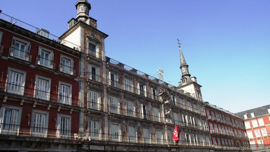 Сплошные ряды балконов на Plaza Mayor. Балкончики настолько узкие, что назвать их балконами как то тяжело...