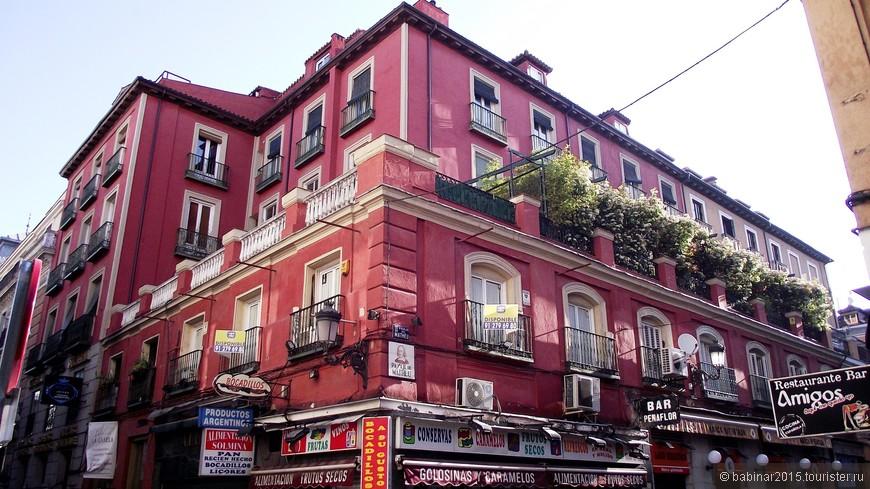 Это, конечно не балкон, а целая терраса. На углу Calle de Espoz y Mina и Pasaje de Matheu
