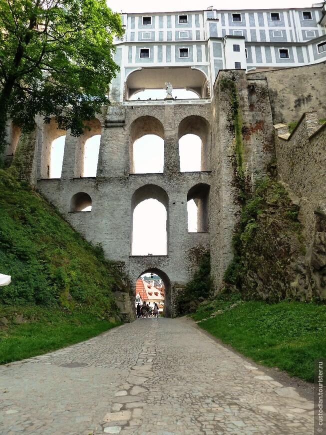 Плащевой мост, входящий в комплекс замка