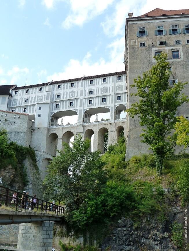 Мост соединяет между собой замковые сооружения.