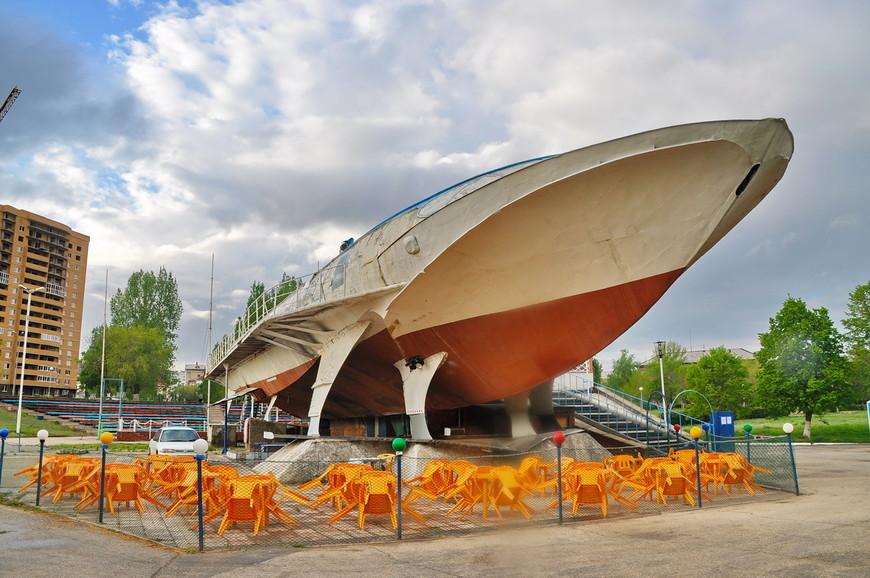 01. Для начала начну с не очень хорошей вещи. Это корабль на подводных крыльях, точнее его памятник. Очень редкая машина, но в Тольятти в ней сделали кафе, даже не так – забегаловку. Печальное зрелище.