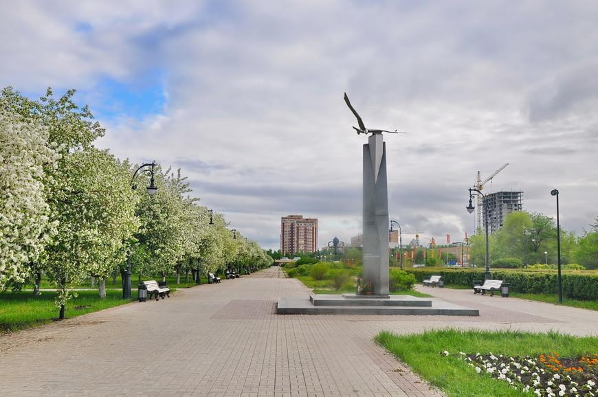 04. Аллея очень интересная в плане скульптур. Она, конечно, сильно советская в вопросе размещения уличной мебели, но все равно приятная.