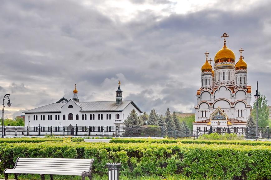 07. Про этот храмовый комплекс я уже писал в материале про зимний Тольятти. Город хоть и большой, но почти весь – спальная зона. Не так много мест для прогулок.