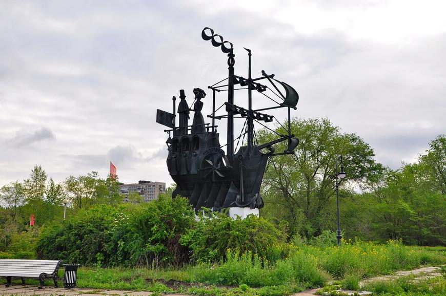 12. Главной «фишкой» аллеи являются металлические композиции – скульптуры, в данном случае это «Пароход».