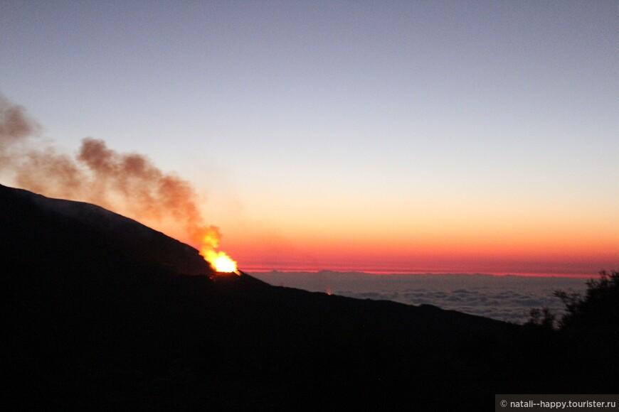 Третье в этом году извержение вулкана Питон де ла Фурнез длится уже более месяца!
