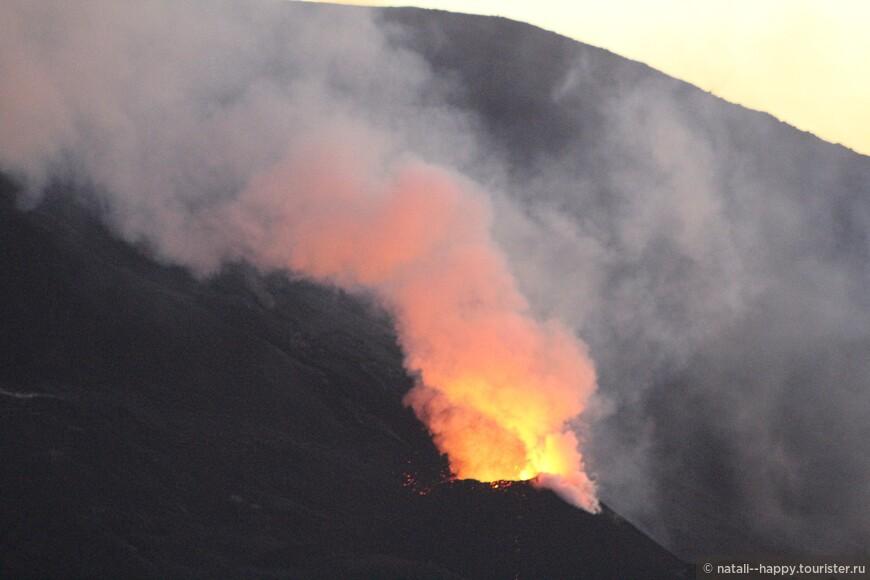 Вулкан не всегда выбрасывает лаву, примерно с интервалом в полчаса.