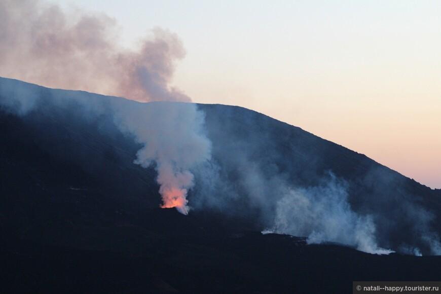 Третье извержение вулкана началось в середине августа 2015, до этого были два небольших - в феврале и в мае