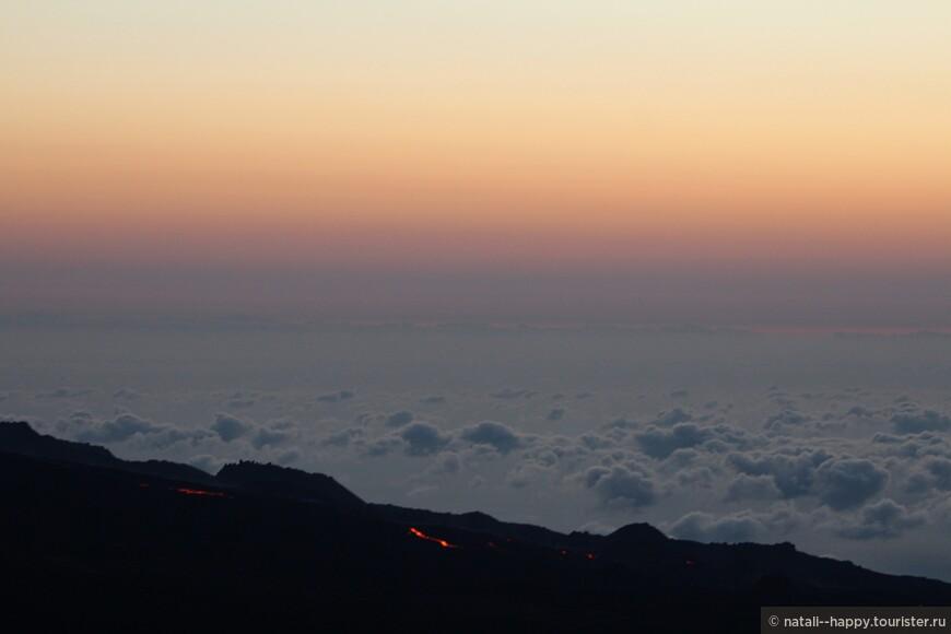 Несмотря на то, что длительность извержения уже второй месяц, лавы совсем немного и видно ее совсем чуть-чуть, мы смотрели в бинокли - красота слов нет!