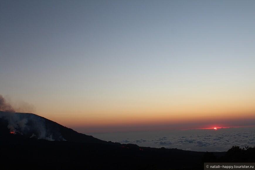 С разных сторон края кальдерьеры вулкана - разные виды, и уже солнце появилось, и ты бежишь на самую-самую площадку по вулканическим глыбам, а хочется остановиться на каждом метре
