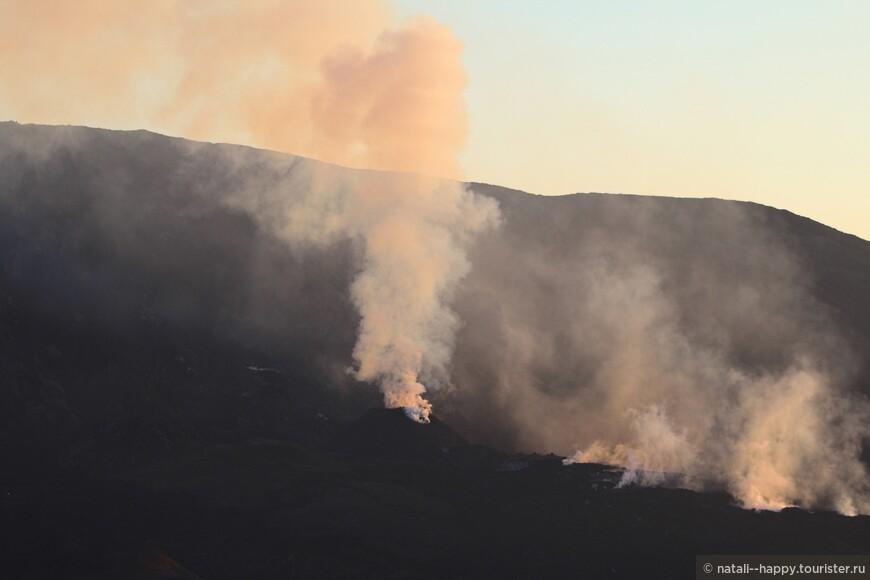 От вулкана нас разделяло 3 километра и пропасть 400 метров