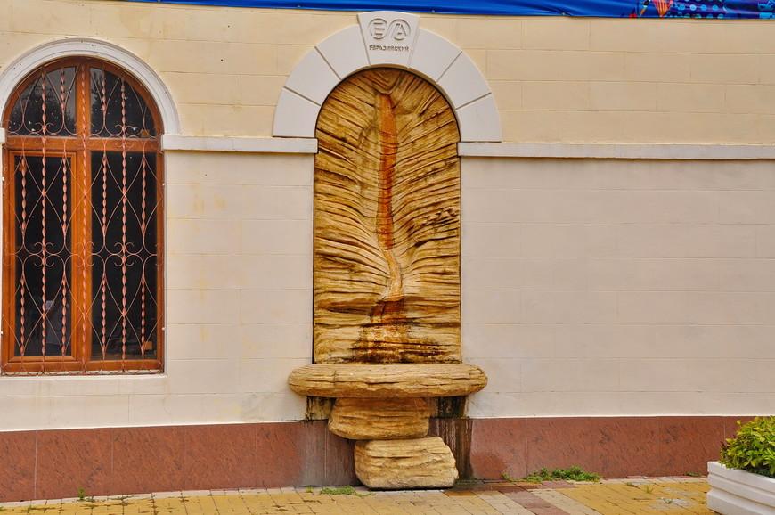 03. Что это за композиция я не понял. Какой-то фонтан посвященный чему-то «евразийскому». Все бы ничего, но фонтан стекает прямо на пол, странное решение.