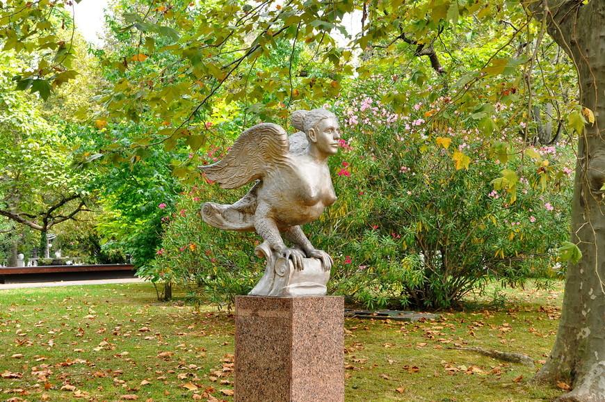 11. Скульптура «Птица Феникс».