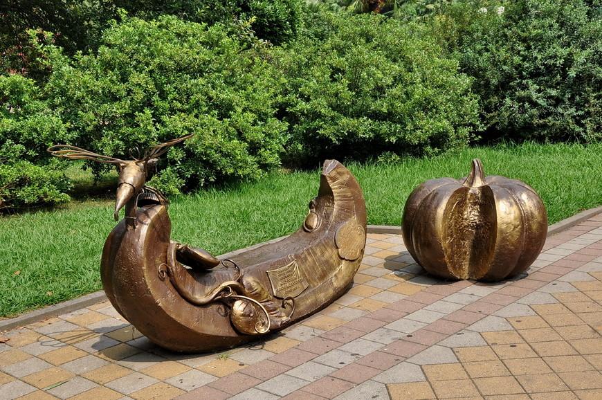 20. Подарок городу Сочи меценатом. Интересная лавочка, не знаю насколько на ней «тепло» сидеть при таком климате, но выглядит мило.