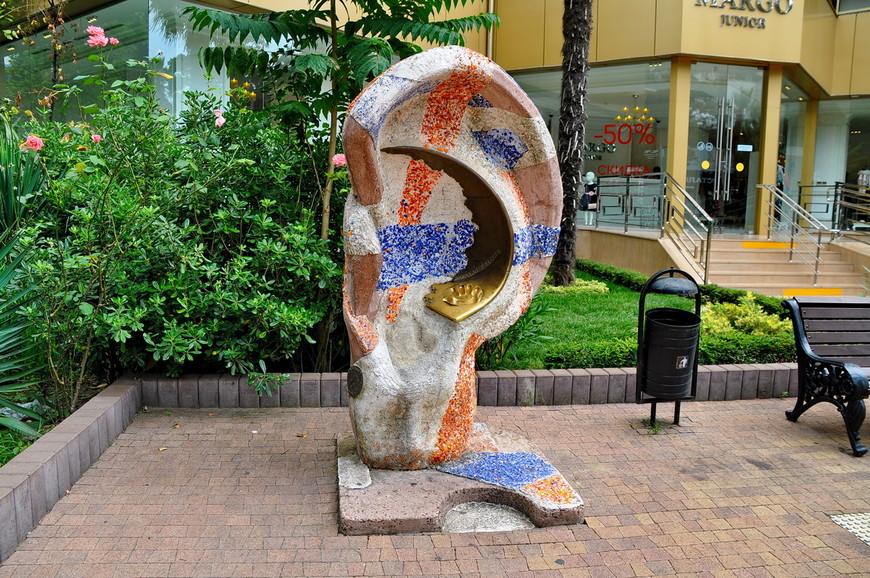 33. Скульптура «Ухо», или «Ухо – загадай желание». Туристическое развлечение, там надо положить руку, что-то прошептать, что-то сделать… В общем развлечение созданное на пустом месте)))