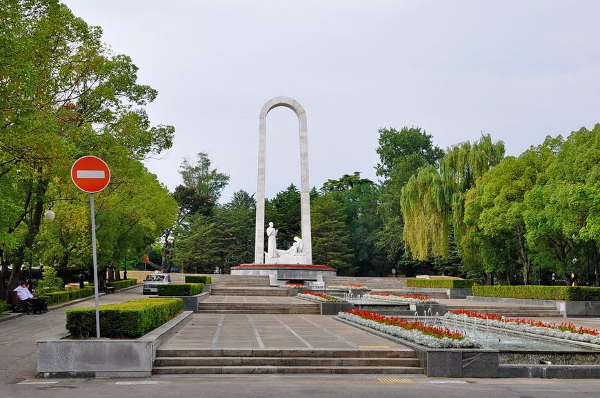 36. Памятник «Подвиг во имя жизни». Находится рядом со входом в парк Ривьера.