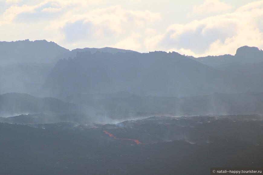 Каждый раз, когда вулкан выбрасывает лаву, слышится грохот, напоминающий раскат грома
