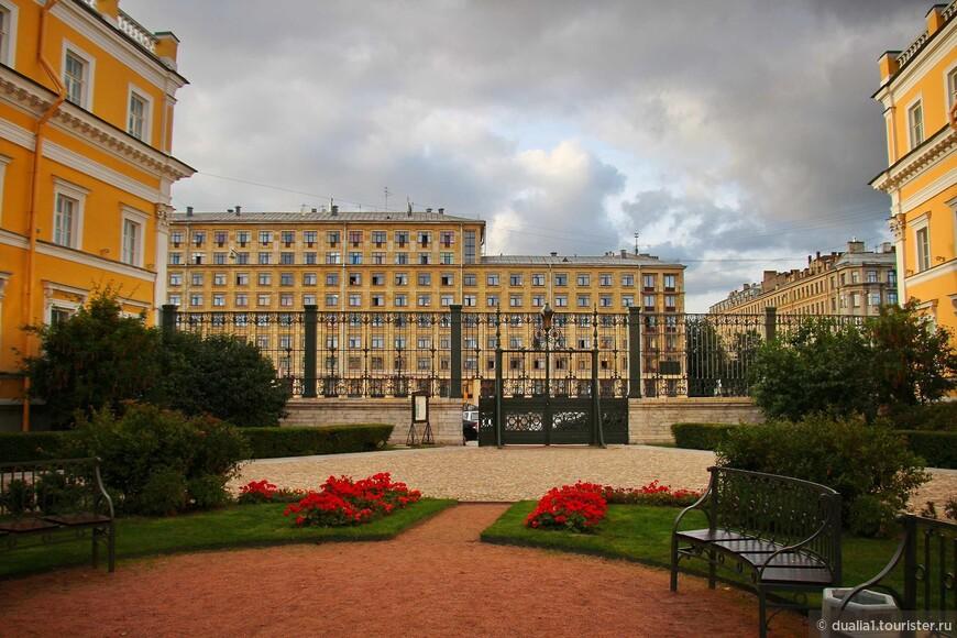 Главный фасад особняка и его парадный двор обращены к Фонтанке
