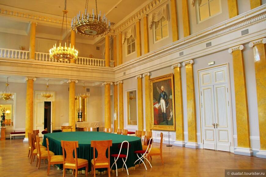В 1810 году было решено разработать устав общества, который был утвержден самим императором Александром I и 14 марта 1811 года в этот зал съехалось 200 гостей на торжественное открытие общества.