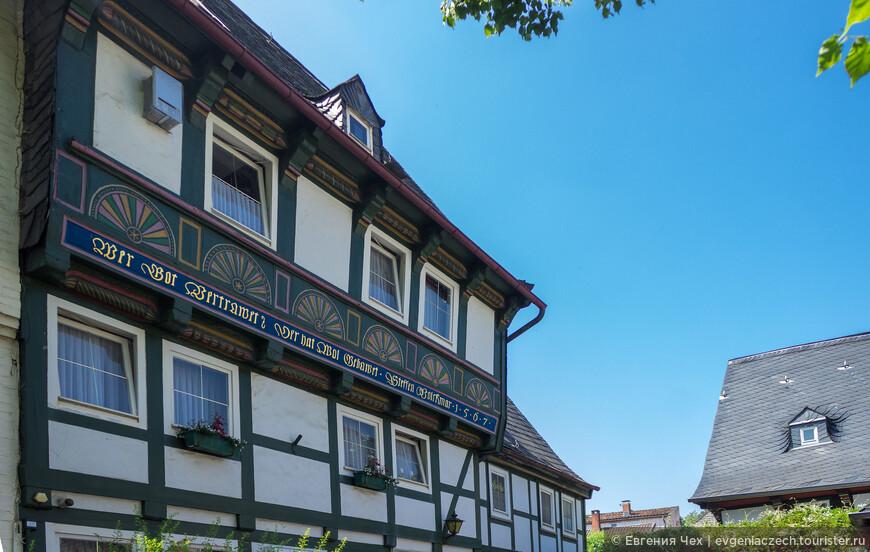 Особенностью фахверка в Харце являются эти разноцветные резные полумесяцы на фасадах.
