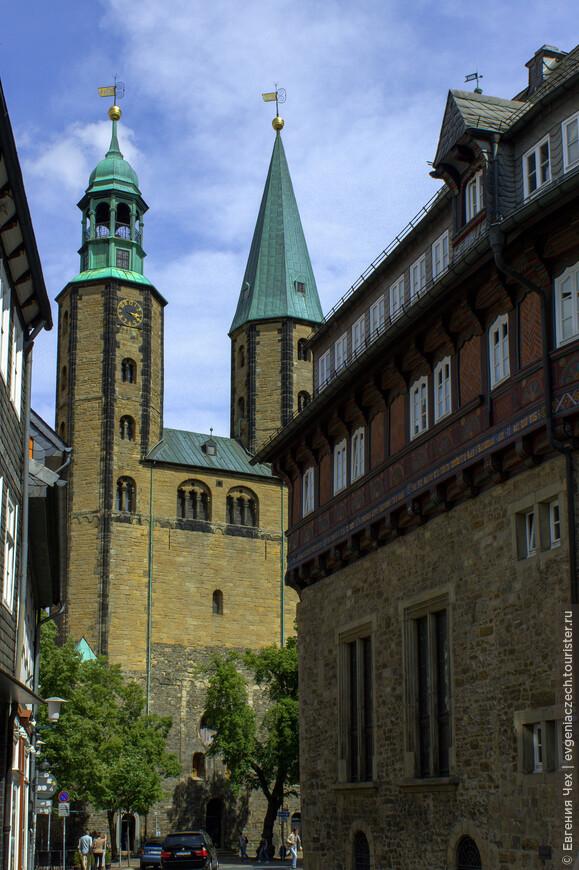 Церковь св. Козьмы и Домиана видно со всех точек города. Заложена она была императором Генрихом III в 1170 году.