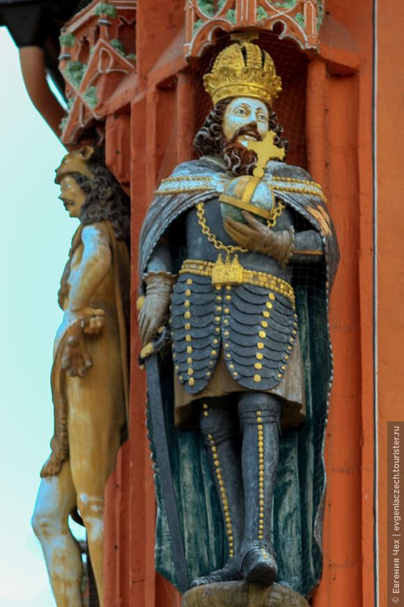 Здание украшают фигуры кайзеров, выполненные в стиле ренессанса.