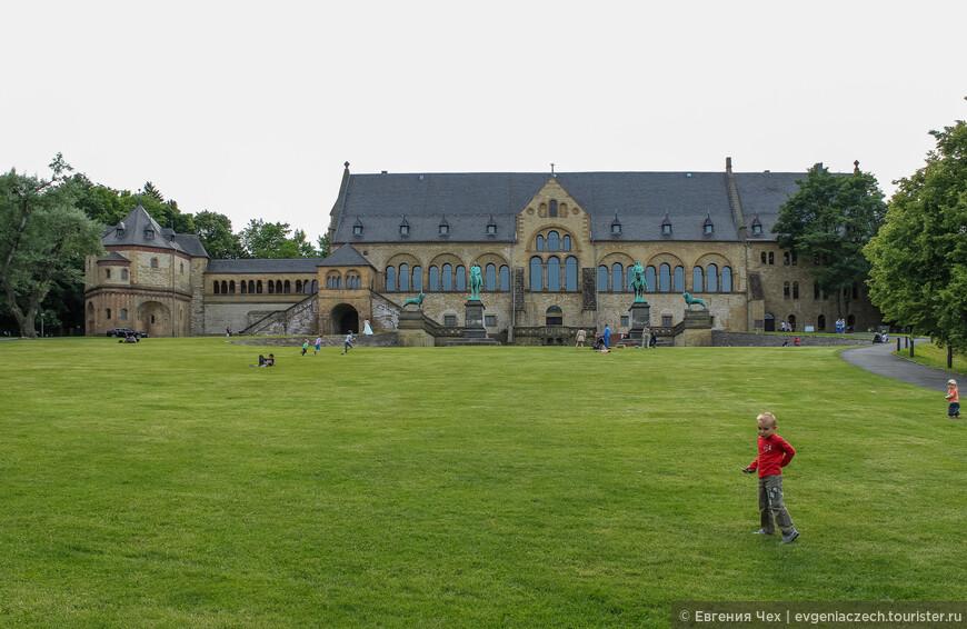 Слева хорошо видна часовня св. Ульриха, где и по сей день хранится сердце императора Генриха III.