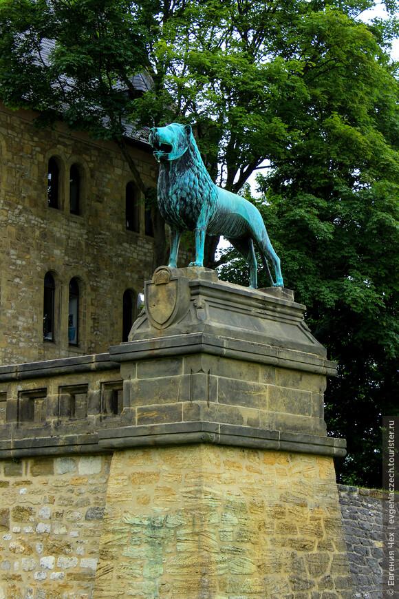Лев здесь неслучайно. Он напоминает о смутных временах в истории города, когда Генрих Брауншвайгский по прозвищу Лев, завоевал Раммельсберг и город впридачу.