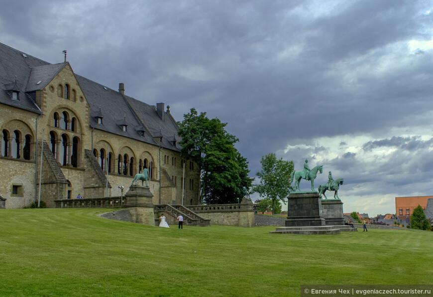 В непосредственной близости от рудника в 1040 году кайзер Генрих II строит императорский дворец. Более 200 лет именно здесь проводятся рейхстаги Священной римской империи.