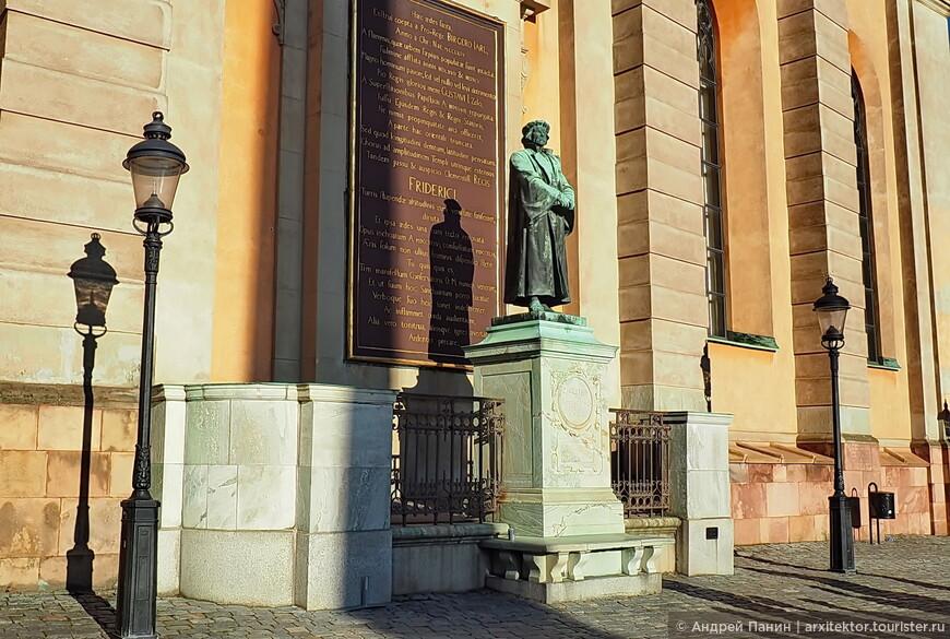 Это памятник стоит перед церковью Святого Николая. Что про него  говорил гид, я уже забыл. А в интернете ничего найти не удалось.