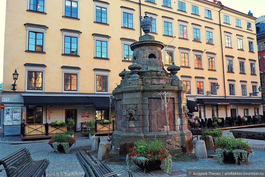 Фонтан на Старой площади. Воду можно пить.
