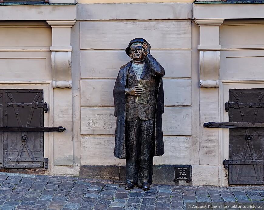 Памятник Эверту Таубе композитору, сценаристу и актеру.
