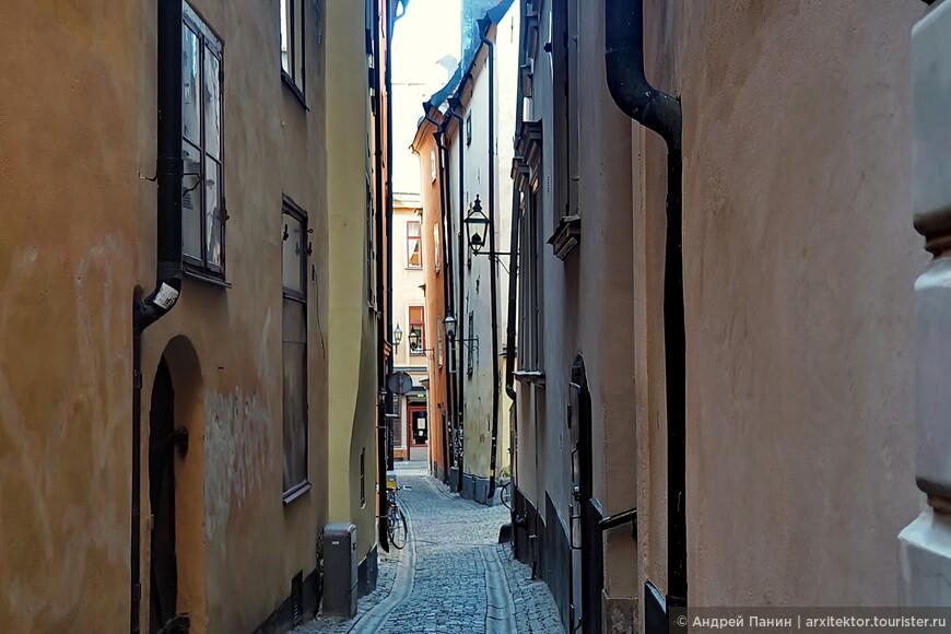 Есть несколько более-менее прямых улиц наполненных туристами. От них разбегаются в разные стороны вот такие тихие закоулочки.