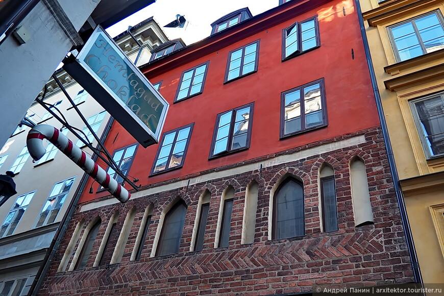 Чуть-чуть готики. В готических окнах стекла утоплены в толщу стены. А в штукатурных фасадах средневекового города стекла расположены в плоскости фасада. Почему?