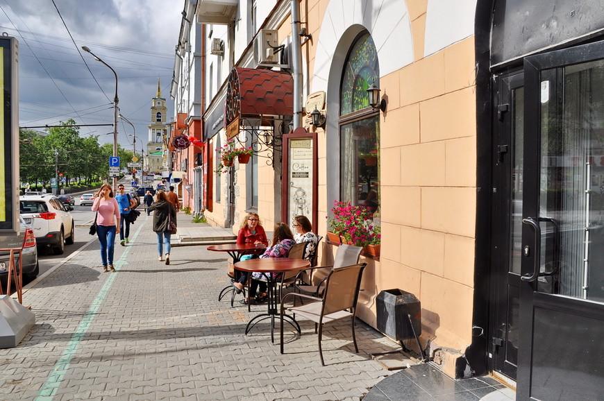 06. Столики кафе стоят на улице, прекрасно, ну чем не Париж?