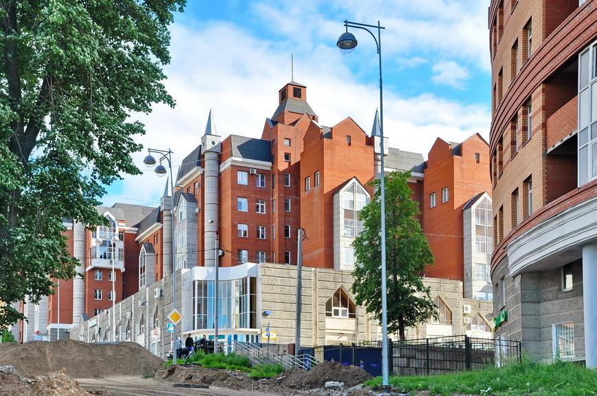 18. А вот, для контраста, отвратительная архитектура (если можно так назвать это) 90-х. Специалисты из Челябинска, наверно, помогали с проектом.