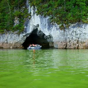 В скалистых берегах сотни пещер, украшенных причудливыми натеками. Протяженность некоторых пещер достигает до  6 километров.