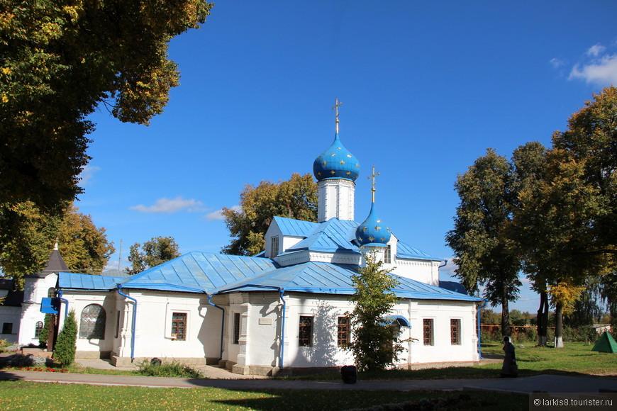 Еще одна церковь Феодоровского монастыря - Введенская церковь 1710 г. построена на средства Петра 1 и его сестры Натальи Алексеевны. В ней хранится Андрониковская икона Божьей Матери, к которой приезжают паломники.