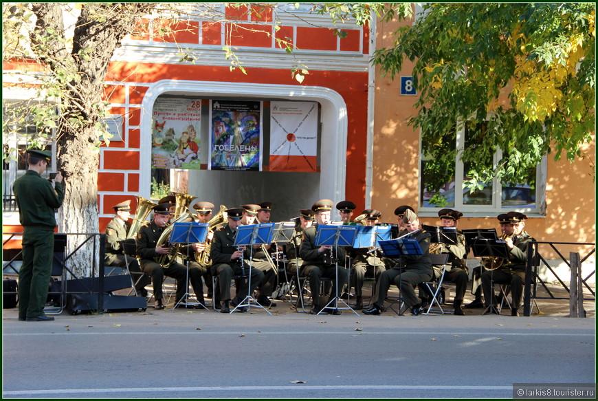 На главной улице города играл духовой оркестр, чем радовал туристов города и людей в проезжающих мимо машинах. Видео можно посмотреть здесь: http://larkis8.tourister.ru/videos/7270