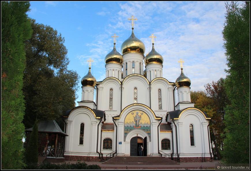 Главный храм Свято-Никольского женского монастыря, в котором хранится главная реликвия - Корсунский крест с мощами святых, который по преданию был привезен Владимиром в Киев из Херсонеса (Корсуни), а в 17 веке был передан в этот монастырь.