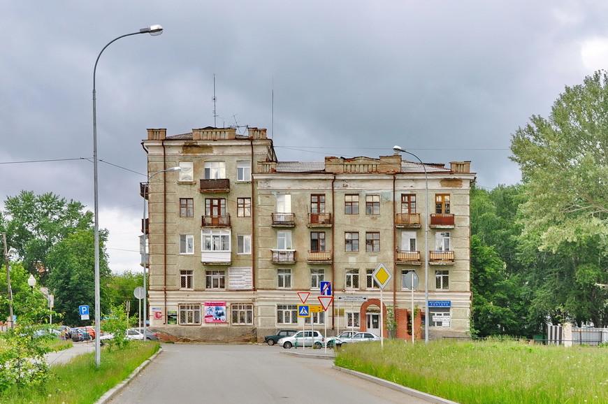 03. Понравился маленький сталинский домик, который расположен прямо напротив храмового комплекса.