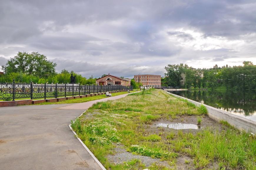 10. Площадь революции и территорию рядом с ней облагородили как смогли. Классический забор вокруг церкви, пруд и 3 лавочки. Правда урн всего по одной штуке, непорядок…
