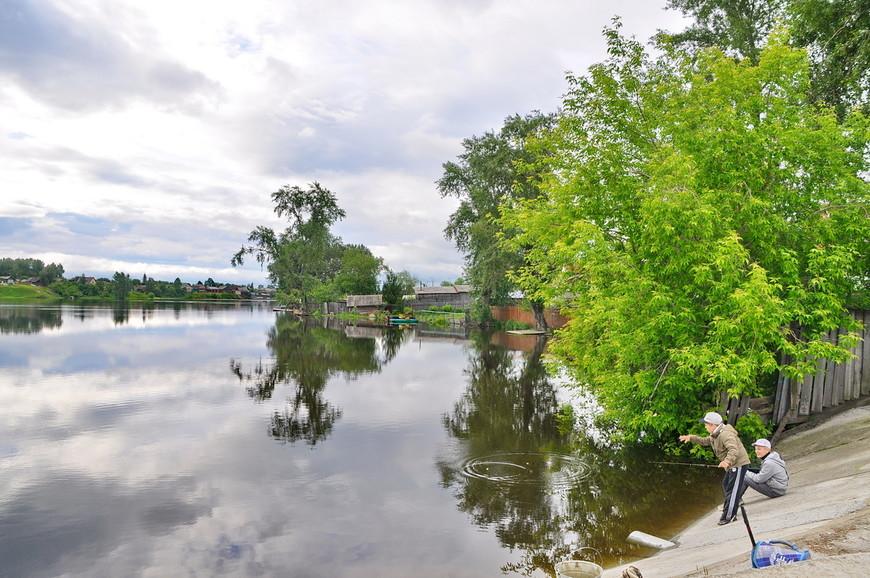 13. Домики просто утопают в реке, на полном серьезе – дома-амфибии наполовину находятся в воде…