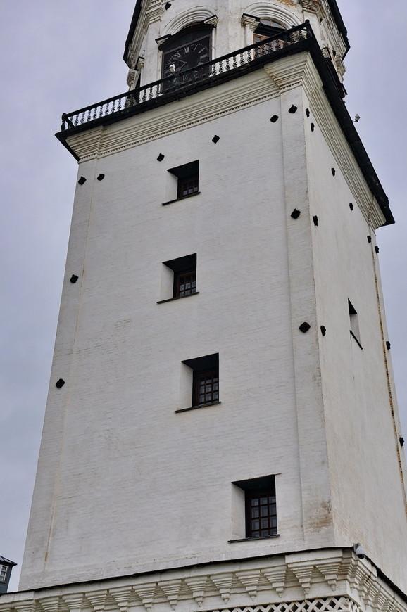 19. Хитрая комбинация окон вдоль лестницы, а также стеновые стяжки говорят, что строить частнику в те времена столь высокие башни было очень трудно.